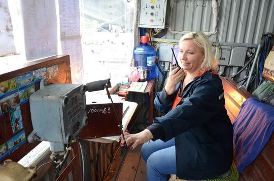 Một nữ công nhân Ukraine vận hành thiết bị thi công giếng đứng Ảnh: Văn Duẩn