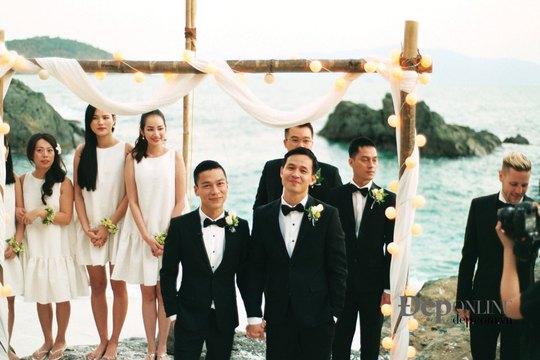 Adrian Anh Tuấn (trái, hàng trước) và Sơn Đoàn trong ngày cưới. (Ảnh do nhân vật cung cấp)
