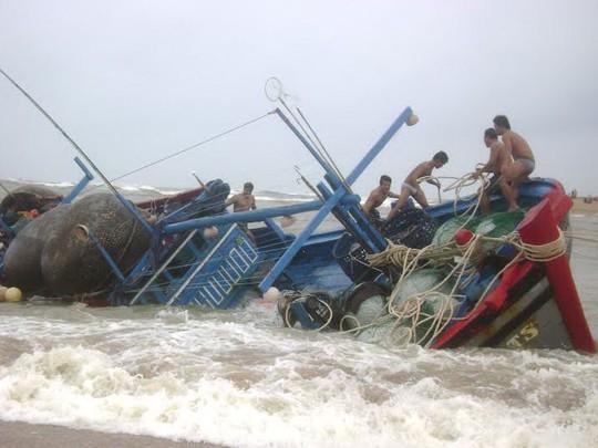 Nghề đi biển luôn phải đối mặt với nhiều nguy hiểm. Trong ảnh: Một tàu cá bị sóng to, gió lớn đánh chìm trên vùng biển Phú Yên Ảnh: HỒNG ÁNH
