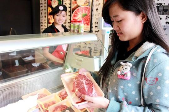 Khách hàng đang mua thịt bò Úc tại một cửa hàng ở quận 1. Ảnh Thành Hoa