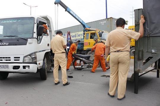 Đến 15 giờ 30, khi xe cứu hộ tới kéo xe tải đi giao thông Xa lộ Hà Nội (đoạn trước khu công nghệ cao) mới trở lại bình thường