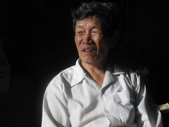 Ông Lương Luận ngậm ngùi khi mình làm Chủ tịch Nghiệp đoàn Nghề cá phường Phú Đông nhưng không thể đưa được con tử nạn vào cửa biển Ảnh: HỒNG ÁNH