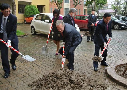 Đại sứ Mỹ Ted Osius trồng cây lưu niệm tại trường Đại học Quốc gia Hà Nội sáng 6-3