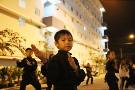 Em Trần Vũ Linh (9 tuổi, con của một nữ công nhân ở khu đô thị) đăng ký học võ cổ truyền hằng đêm tại sân sinh hoạt chung