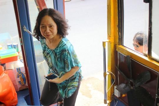 Những người trung niên cũng tò mò với quán cà phê xe buýt độc đáo này