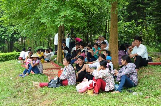 Dưới chân núi Nghĩa Lĩnh, hàng ngàn người dân dải chiếu nghỉ tại đây chờ ngày chính hội để dâng hương lên các Vua Hùng
