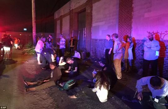 Những người bị thương được giải cứu khỏi các toa tàu bị lật. Ảnh: AP
