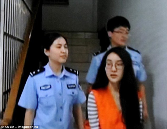 Guo Meimei bị bắt về tội cờ bạc. Ảnh: Weibo