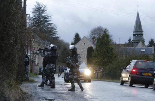 Chiến dịch ban đêm đang được tiến hành. Trong ảnh: Cảnh sát tuần tra khu Corcy, Đông Bắc Paris, tối 8-1. Ảnh: Reuters