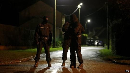 Lực lượng an ninh chặn đường vào làng Longpont. Ảnh: EPA