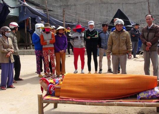 Một ngư dân tử nạn ngoài biển được đưa vào bờ ở Quảng Ngãi Ảnh: TỬ TRỰC