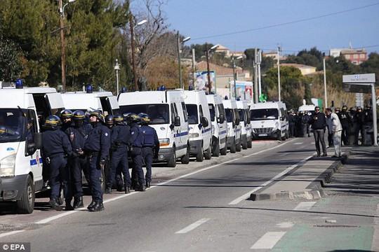 Cảnh sát đặc nhiệm Pháp được triển khai. Ảnh: EPA