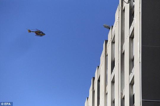 Trực thăng bay phía trên khu La Castellane... Ảnh: EPA