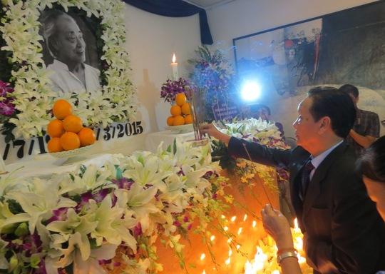 Nhiều người đến thắp nhang tưởng niệm danh họa Bá Đảng