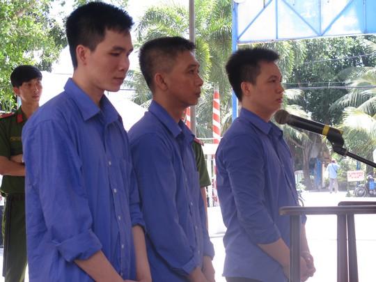 Từ trái sang phải: bị cáo Huỳnh Nhựt Anh, Huỳnh Văn Phong, Huỳnh Văn Ly