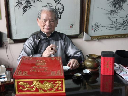 """Nghệ nhân Lê Văn Kinh bên tác phẩm bản kinh """"Bát Nhã Ba La Mật Đa Tâm Kinh"""" thêu tay đạt kỷ lục Việt Nam Ảnh:  Cảnh Tăng"""