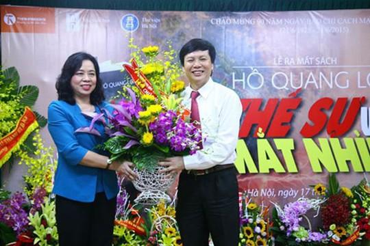 Phó Bí Thư TP Hà Nội chúc mừng nhà báo Hồ Quang Lợi trong ngày ra mắt cuốn sách