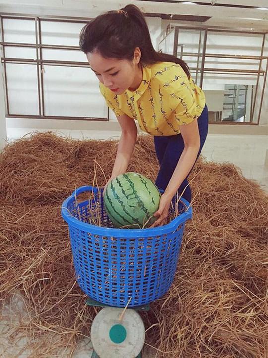 Hình ảnh khuân dưa của Nguyễn Thị Loan và Kỳ Duyên được đem ra so sánh. Dù với mục đích gì thì rõ ràng việc làm của họ cũng rất ý nghĩa, đáng được ủng hộ. (Ảnh lấy từ Facebook cá nhân nhân vật)