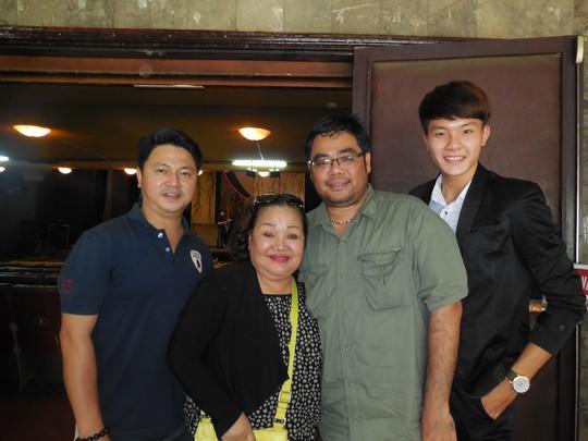 Nghệ sĩ Xuân Hồng, NSND Ngọc Giàu, đạo diễn Lê Nguyên Đạt và diễn viên Nguyễn Phi Long trong buổi họp mặt báo chí sáng 16-4 tại rạp Công Nhân