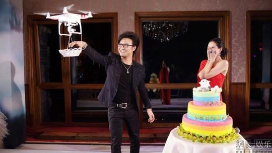 Uông Phong lấy nhẫn từ máy bay điều khiển từ xa