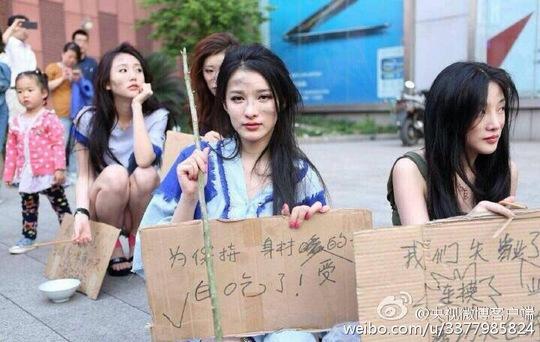 """Người mẫu Trung Quốc xuống đường """"ăn mày"""" phản đối lệnh cấm"""