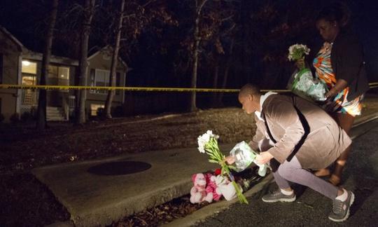 Tưởng niệm những đứa trẻ thiệt mạng trong vụ xả súng. Ảnh: AP
