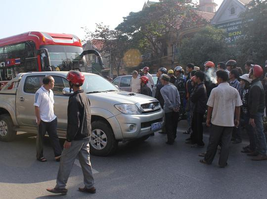Lực lượng kiểm lâm chặn bắt xe khách vào chiều ngày 5-1.