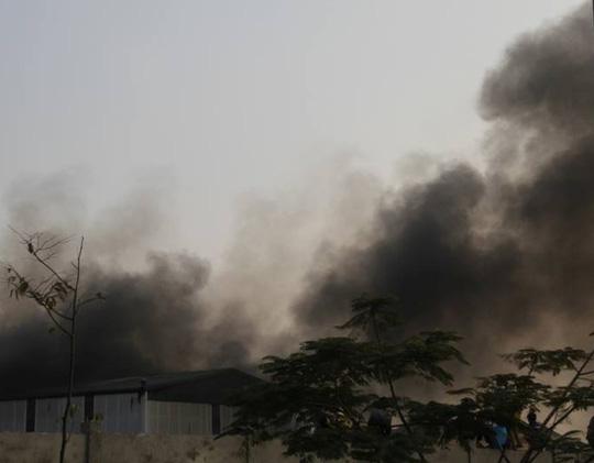 Ngọn lửa bao trùm lên tòa bộ nhà xưởng. Ảnh: Phê Nguyễn.