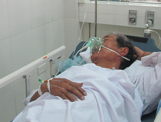Ngư dân bị ngộ độc đang được điều trị tại bệnh viện.