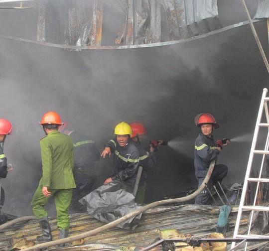 Lực lượng cứu hỏa đang dập tắt đám cháy.