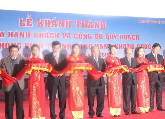 Phó Thủ tướng Nguyễn Xuân Phúc cắt băng khánh thành Nhà ga hành khách - Cảng Hàng không Vinh.
