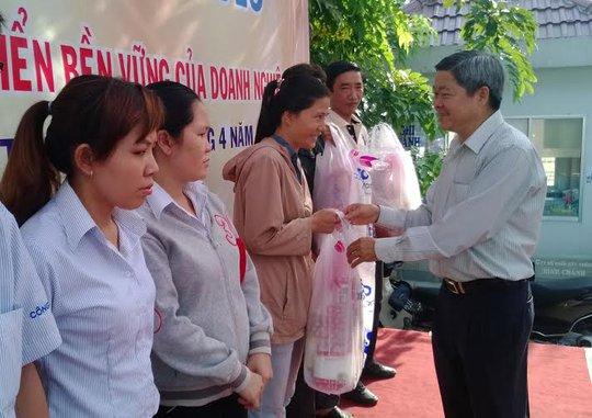Ông Nguyễn Văn Dễ, chủ tịch LĐLĐ quận Bình Tân tặng quà cho các cán bộ CĐ có hoàn cảnh khó khăn ẢNH: CAO HƯỜNG