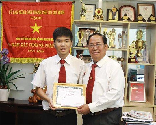 Ông Tạ Long Hỷ, Phó Tổng giám đốc Thường trực Vinasun, trao giấy khen cho lái xe Phạm Mạnh Cường