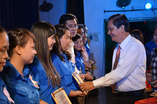 Ông Vũ Hữu Minh, Phó Bí thư Đảng ủy Khối Dân Chính Đảng, TP HCM trao giấy khen cho tác giả các công trình thanh niên tiêu biểu