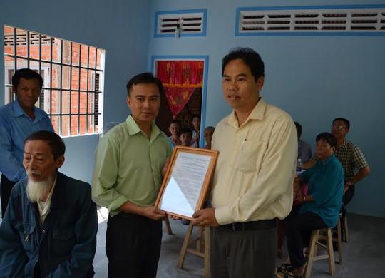 Ông Giang Văn Nam, Chủ tịch LĐLĐ quận Gò Vấp, TP HCM, trao quyết định tặng Mái ấm CĐ cho anh Huỳnh Văn Cường
