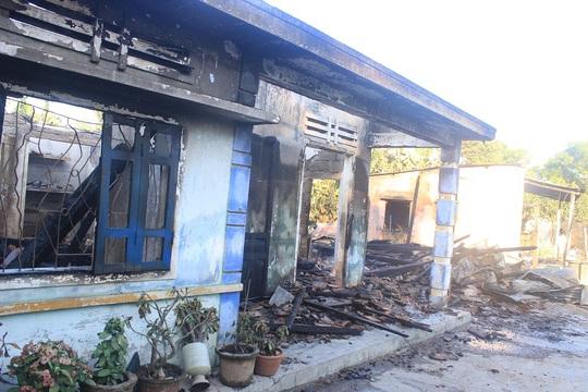 2 căn nhà cận nhau của cha con ông Trung bị lửa viếng thăm