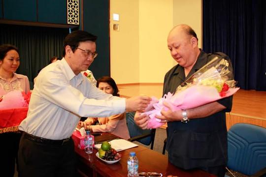 ông Nguyễn Văn Tín, Phó tổng biên tập Báo Người Lao Động, tặng hoa cám ơn đơn vị tài trợ chương trình