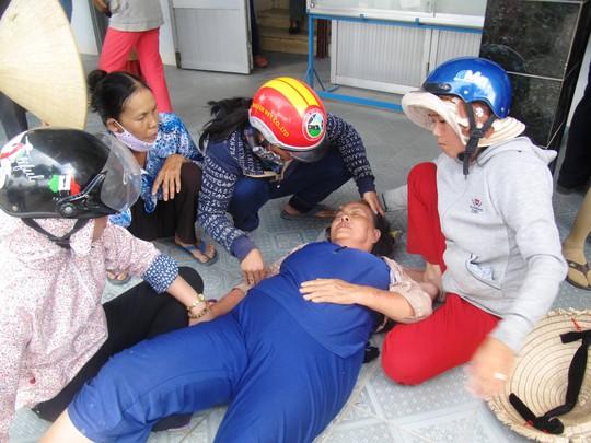 Bà Phạm Thị Nga (vợ ông Chiêm) khóc ngất tại UBND xã Hòa Xuân Đông trước cái chết bất thường của chồng