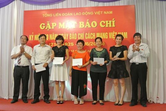 Lãnh đạo Tổng Liên đoàn thưởng động viên 8 tác giả và nhóm tác giả có những bài viết chất lượng tốt tuyên truyền về phong trào công nhân và hoạt động công đoàn trong 6 tháng đầu năm 2015