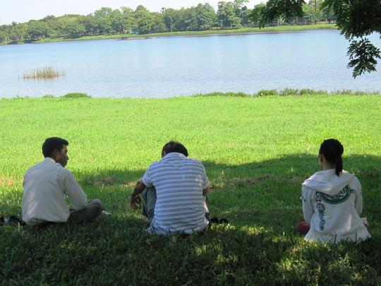 Công viên dọc sông Hương là nơi lý tưởng cho phụ huynh và thí sinh khi thời tiết nắng nóng