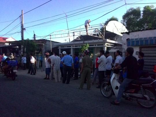 Nhiều người dân đến nhà ông Lành để chia buồn