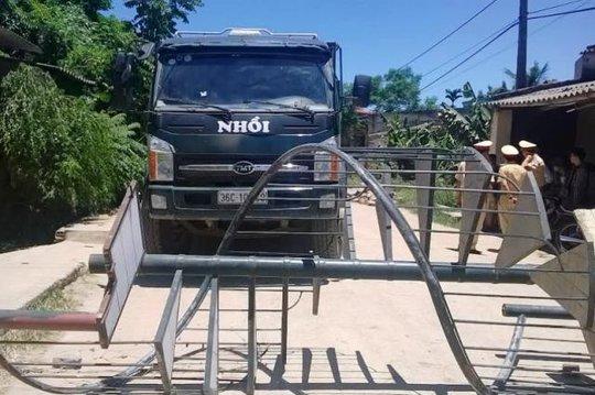 Người dân thôn 9, xã Đông Lĩnh, TP Thanh Hóa mang xe cầu thang, ra chặn xe tải chở đất phá đường, gây ô nhiễm môi trường