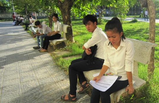 Các thí sinh tại điểm thi Trường THCS Vỹ Dạ tìm bóng cây ôn lại bài trước khi vào phòng thi