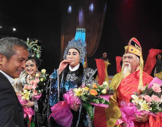 Ông Đặng Ngọc Tùng - Chủ tịch Tổng LĐLĐ Việt Nam tặng hoa chúc mừng các nghệ sĩ sau khi kết thúc chương trình