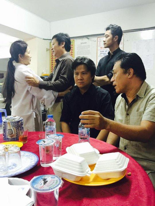 NSƯT Tạ Minh Tâm, ca sĩ Thế Vỹ, họa sĩ Sỹ Hoàng tại tang lễ mẹ NSƯT Kim Xuân