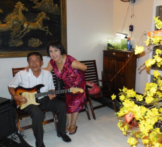 NSND Lệ Thủy và em ruột - nhạc sĩ Thanh Liêm: Em đờn chị ca tặng đồng nghiệp bài Nấu bánh đêm xuân