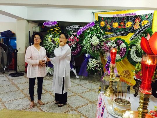 Ca sĩ Phương Dung đến chia buồn với gia đình NSƯT Kim Xuân
