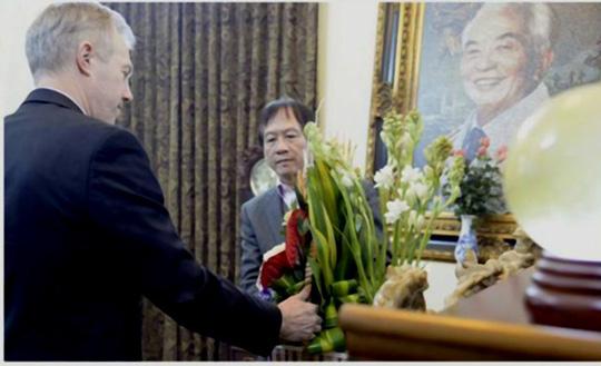Đại sứ Ted Osius tự tay đặt lẵng hoa lên bàn thờ Đại tướng