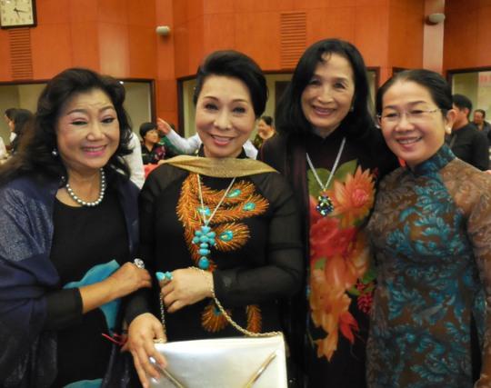 NSND KIm Cương, Bạch Tuyết, Trà Giang và bà Võ Thị Dung - Chủ tịch UBMTTQVN TPHCM