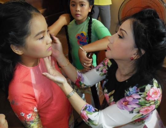 Nghệ sĩ Phượng Loan hóa trang cho các em thiếu nhi chuẩn bị bước vào vòng chung kết 4